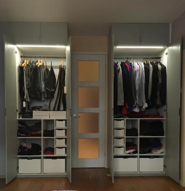 inbouw kledingkast - deuren open. Hanggedeelte met inbouw LED licht.