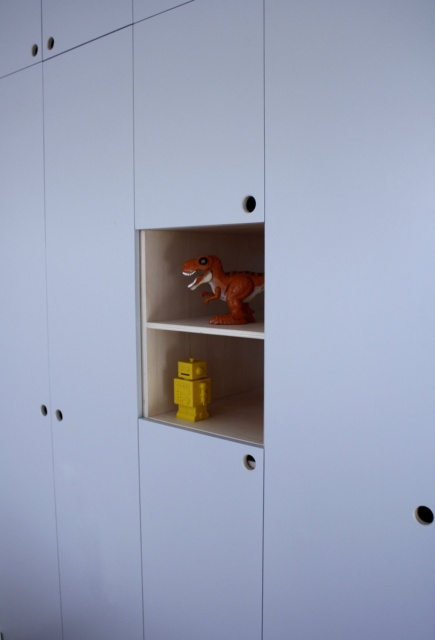 close up van toonvakken in kledingkast in kinderkamer. op maat gemaakt.