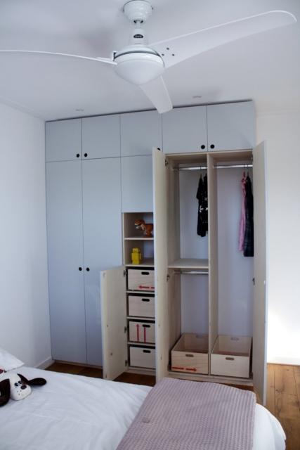 grijze kledingkast op maat voor gezin in Haarlem, met de helft van de deuren open