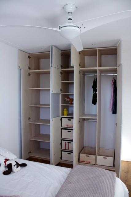 grijze kledingkast op maat voor gezin in Haarlem, met alle deuren open