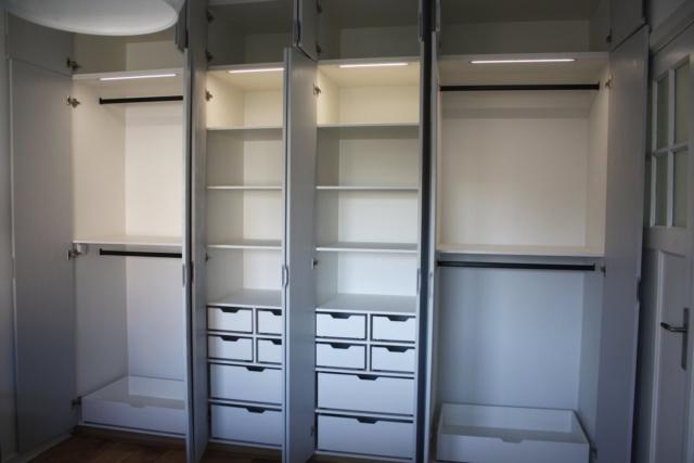 kastenwand open met ingebouwde LEDverlichting aan