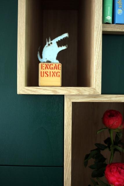 detail eiken houten toonvakken in woonkamer kast