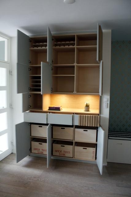 deurtjes open kast in nis van de woonkamer door Studio Hamerhaai
