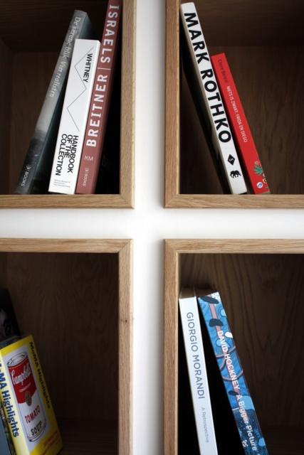 detail van de eiken houten toonvakken boekenkast woonkamer