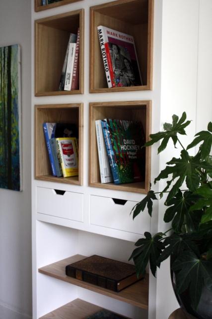 close up van gedeelte boekenkast woonkamer met invallende lades